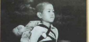 長崎原爆後の写真「焼き場に立つ少年」 教皇フランシスコが配布指示 撮影者の妻「ニュース見て驚いた」