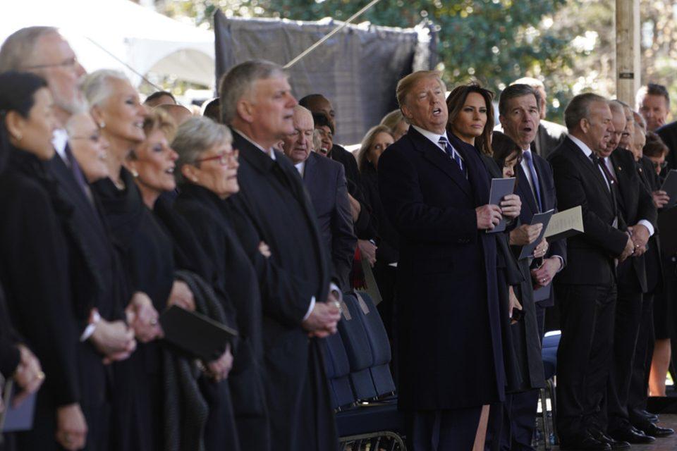 """3月18日号紙面:グラハム氏葬儀に全世界指導者2千人 """"説教し、祈り続けて"""""""