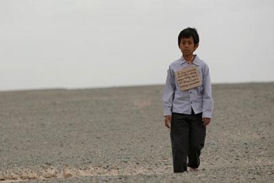 モンゴルの空港で待つ父と会いたい。国境を超えゴビ砂漠をさまよい歩くジュニ (C)2008 BIG HOUSE/VANTAGE HOLDINGS.All Rights Reserved.