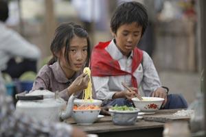 幼馴染のミソンも孤児になっていた。わずかに持っていたお金で久しぶりの食事ができた (C)2008 BIG HOUSE/VANTAGE HOLDINGS.All Rights Reserved.