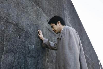 確信持てない判決に苦悩する熊本判事 (C) BOX製作プロジェクト2010
