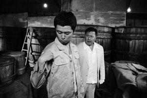 初動捜査時から袴田(左)が容疑者として浮かぶ (C) BOX製作プロジェクト2010