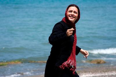 子どもたちの凧揚げを手伝うエリ  (C)2009 Simaye Mehr.