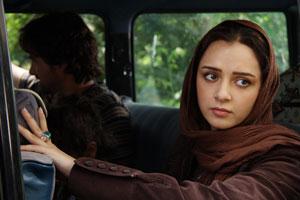 浜辺に着いたエリ (C) 2009 Simaye Mehr.