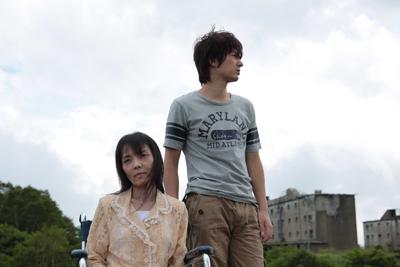 若年性アルツハイマーで記憶が薄らいでいく恭子の故郷に連れてきたミツオ  (C) 2010ヘヴンズ プロジェクト