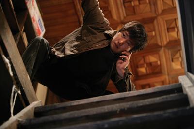 亡き父の家の床下に地下通路を発見するユ・ヘグク (C) 2010 CJ Entertainment Inc. All Rights Reserved