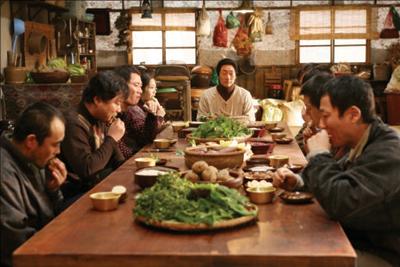 きよい生活のために'生食'膳を村人たちに勧めるユ先生(中央) (C) 2010 CJ Entertainment Inc. All Rights Reserved