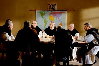 テロ集団の被害が身近に起こってくる中で、修道士たちは残るべきか退去すべきか真剣に話し合うが意見は分かれる。 (c)2010 ARMADA FILMS - WHY NOT PRODUCTIONS - FRANCE 3 CINEMA
