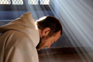 一人ひとりの修道士たちは、心の思いを神に祈り導きを求める。 (c)2010 ARMADA FILMS - WHY NOT PRODUCTIONS - FRANCE 3 CINEMA