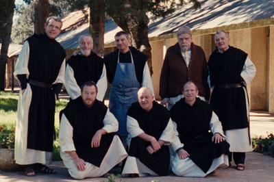 モロッコからやってきた修道士を迎え記念写真を撮る修道士たち。 (c)2010 ARMADA FILMS - WHY NOT PRODUCTIONS - FRANCE 3 CINEMA