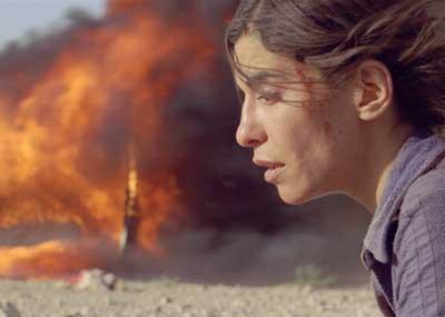 息子を探す旅の途中、乗っていたバスが襲われ一人助かったナワル ©2010 Incendies inc. (a micro_scope inc. company) - TS Productions sarl. All rights reserved.