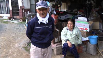 山も草花、薬草を愛して山で暮らす菅野昌基さんととし子さん。 ©東風舎