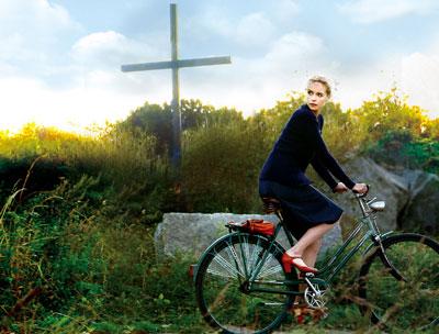 岸壁の道端に立つ十字架に脱出資金を隠すバルバラ ©SCHRAMM FILM/ZDF/ARTE2012