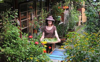 ハーブだけでも150種はあるというベニシアさんの庭 ©ベニシア四季の庭製作委員会2013