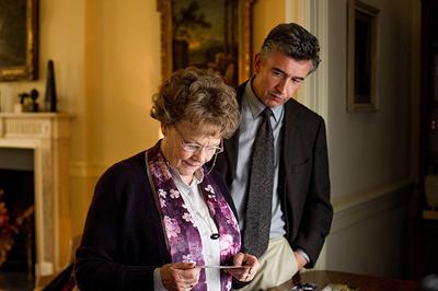 ロマンス小説が好きなフィロミナおばさんと元政治記者スティーブとの辛口のユーモアは、ストーリーの重さにくすぐりで和ませてくれる。 ©2013 PHILOMENA LEE LIMITED, PATHE PRODUCTIONS LIMITED, BRITISH FILM INSTITUTE AND BRITISH BROADCASTING CORPORATION. ALL RIGHTS RESERVED