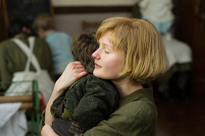 若き日のフィロミナ役ソフィ・ケネディ・クラークの演技にも強く惹きつけられる。 ©2013 PHILOMENA LEE LIMITED, PATHE PRODUCTIONS LIMITED, BRITISH FILM INSTITUTE AND BRITISH BROADCASTING CORPORATION. ALL RIGHTS RESERVED