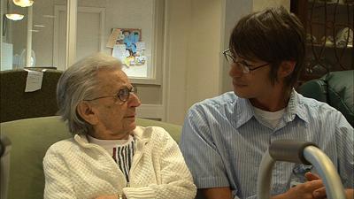 ジョンや訪問してくる家族らとの触れ合いの中でエヴリン(左)やお年寄りたちは徐々に自分を取り戻していく ©2013 仙台放送