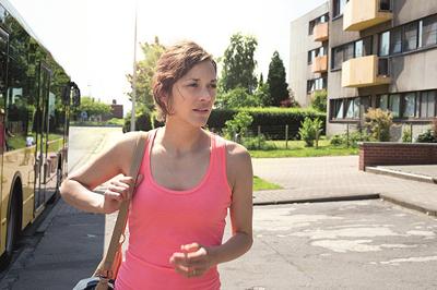 病気療養で休職していたサンドラ。復職直前に解雇を通達されたのだが… (c) Les Films du Fleuve - Archipel 35 - Bim Distribuzione - Eyeworks - RTBF(Televisions, belge) - France 2 Cinema