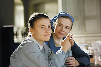 ナイフ、フォーク…、マリー(右)はマグリッタに生活に必要な道具の言葉から教えようとするが (c)2014 - Escazal Films / France 3 Cinema - Rhone-Alpes Cinema