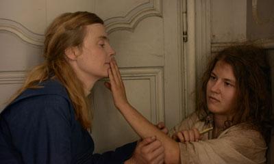 両親のほかに他人と接することがなかったマルグリットは、すべて指先の触感で認識しようとする (c)2014 - Escazal Films / France 3 Cinema - Rhone-Alpes Cinema