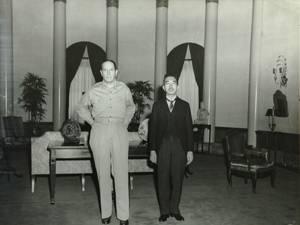 マッカーサーの宿泊先を訪ねて会見した昭和天皇。