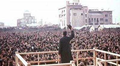 1945年12月7日。昭和天皇は広島に巡幸し、2万人の市民と原爆ドームの前に立った。 (C) 英王立戦争博物館