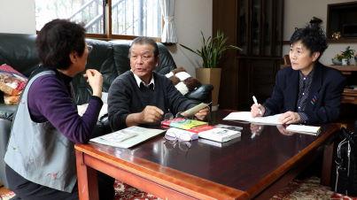 かつて漁師だった人たちに聞き取りをする川口さん(右) (C)南海放送