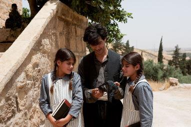 アルメニア教会信徒の鍛冶職人ナザレットは、双子の姉妹ルシネとアルシネの勉強にも心を配る良き父親だった (C)Gordon Muhle/ bombero international