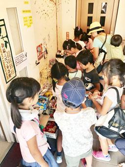 学校帰りの子どもたちのたまり場に 瀬谷キリスト教会 教会駄菓子屋「ハレルヤ!!  だがしや」