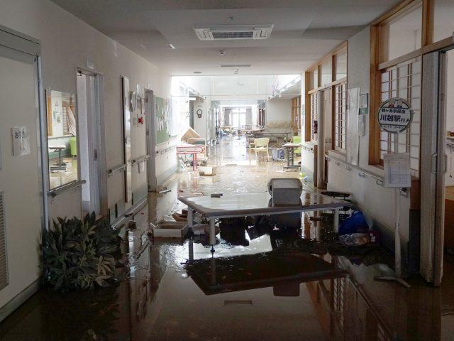 10月27日号紙面:台風19号で各地に被害 川越キングス・ガーデン浸水 床が一面泥で覆われ